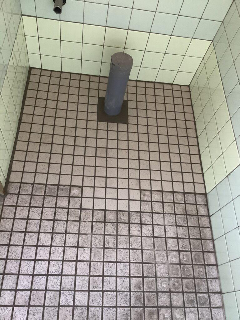 和式トイレから洋式への改修に伴うタイル張り